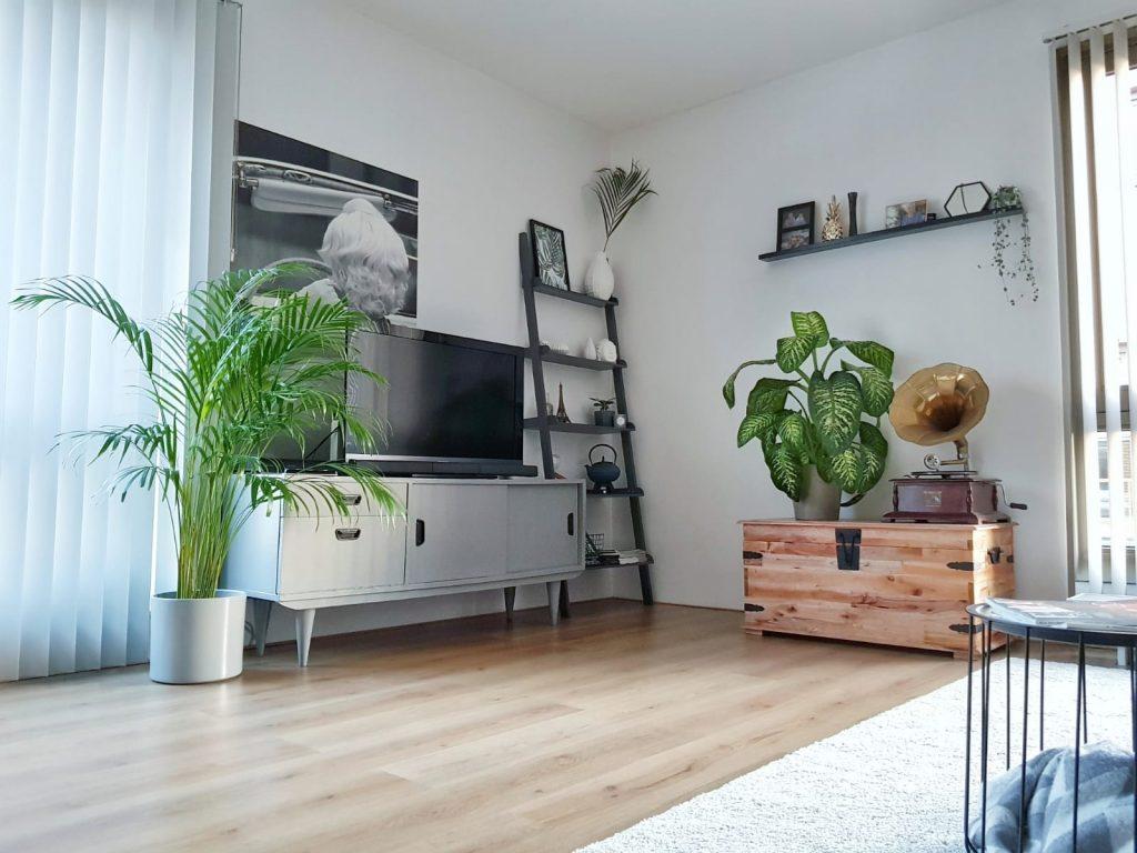 Woonkamer Industrieel Inrichten : Binnenkijken bij een industrieel grijs appartement met een vleugje