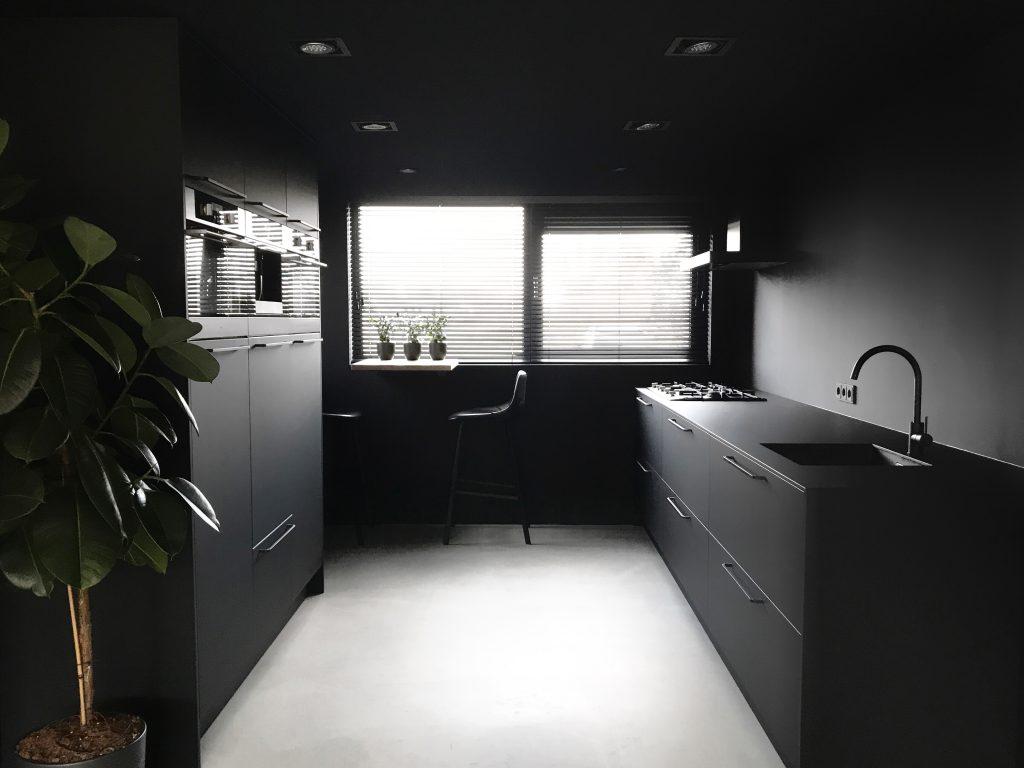 Het monochroom interieur van manieke binnenkijker homefreak