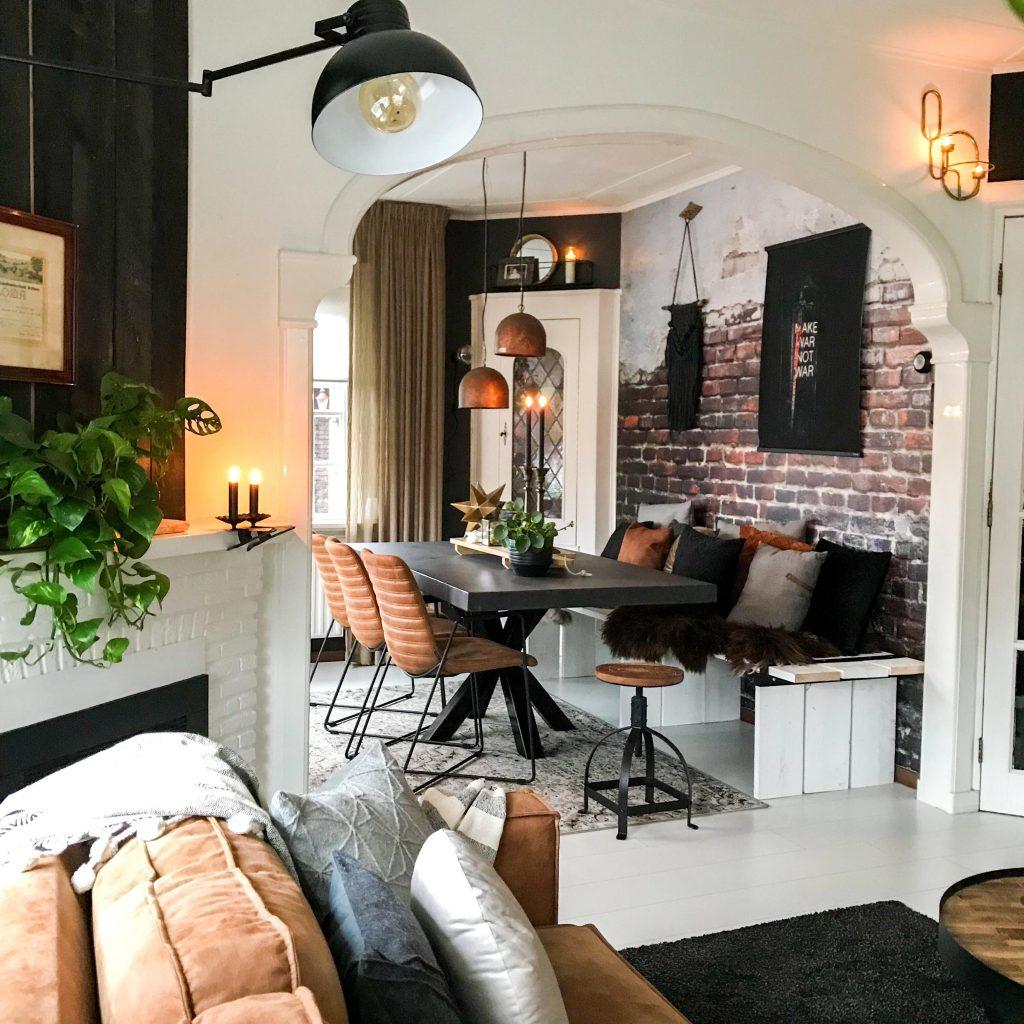 Brickwall behang is helemaal van nu. In dit interieur van Arnold en Jorn past het perfect. Het stijlvol ingericht huis van Arnold en Jorn.